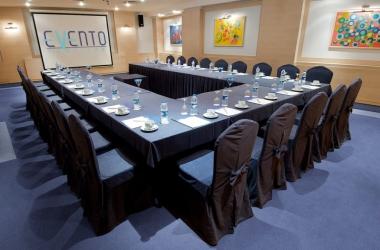Декор столов и стульев для бизнес-конференции в синий цвет