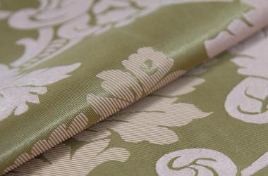 Ткань блэкаут зеленого цвета с крупным рисунком
