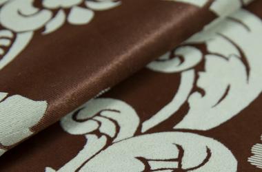Ткань блэкаут темно коричневого цвета с крупным рисунком