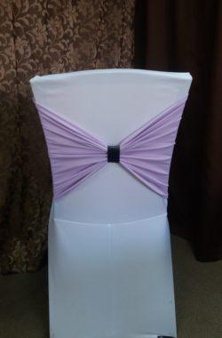 Стейч чехол. Цвет - белый. Размер - 2. Декор - полоса цвет Ирис и кожаное кольцо для салфетки.